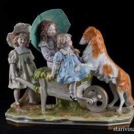 Три девочки, играющие с собакой, Scheibe-Alsbach, Германия, сер. 20 в