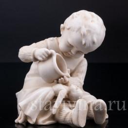 Статуэтка из фарфора Девочка, поящая куклу, E & A Muller (Schwarza-Saalbahn), Германия, кон. 19 - нач. 20 вв.
